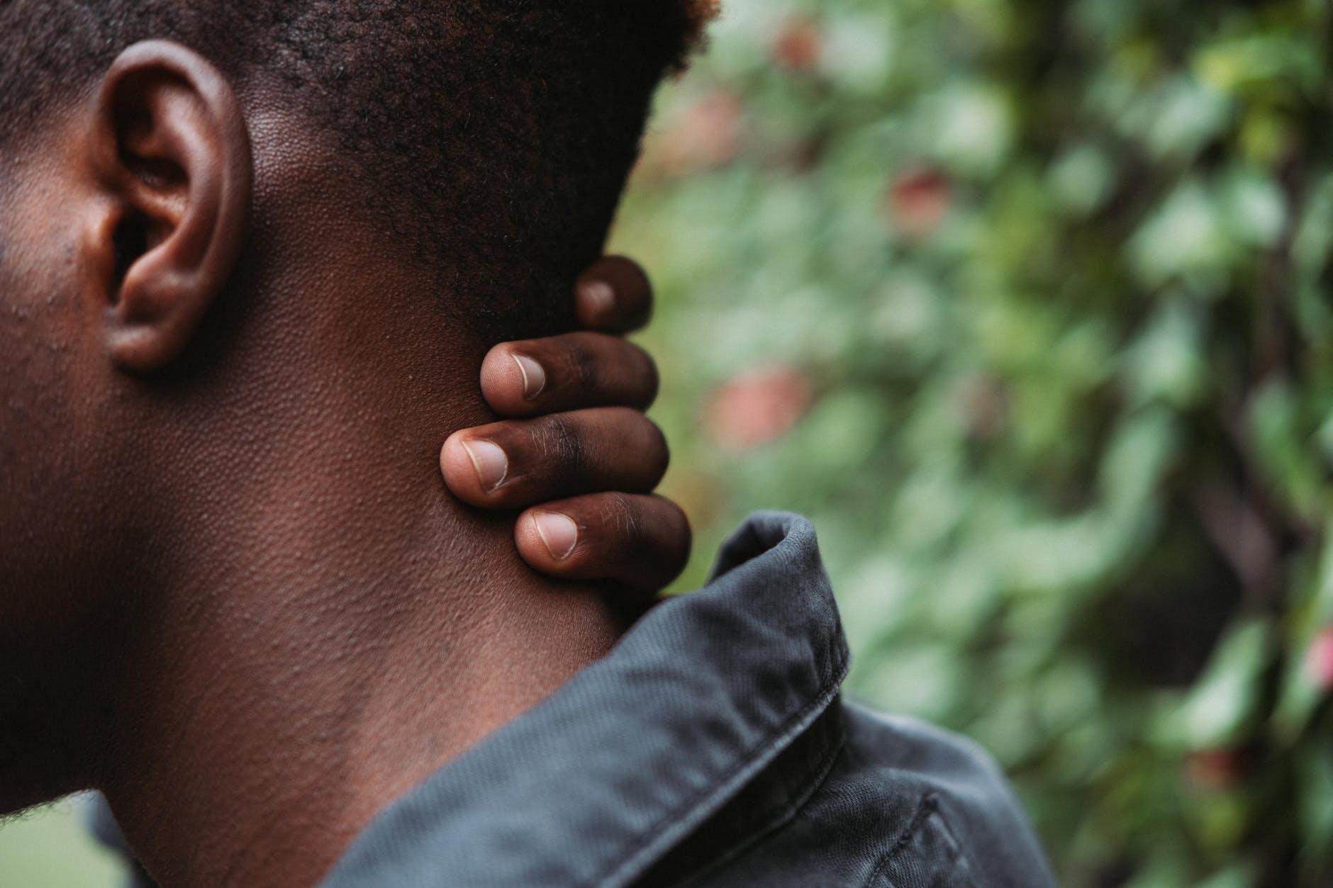 nekpijn en hoofdpijn is niet normaal om dit te hebben gedurende de dag.